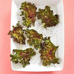 Spicy Kale Chips Toss kale leaves with a drizzle of olive oil, salt and your favorite spices. Bake a prepare to enjoy an antioxidant-packed chip come snack time. Kale Recipes, Vegetable Recipes, Diet Recipes, Vegetarian Recipes, Cooking Recipes, Recipies, Diabetic Snacks, Diabetic Recipes, Healthy Recipes