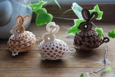 Would like different accent color and maybe a little ribbon accent. Crochet Snowflake Pattern, Easter Crochet Patterns, Crochet Snowflakes, Crochet Doilies, Crochet Christmas Ornaments, Holiday Crochet, Yarn Crafts, Diy And Crafts, Crochet Chicken