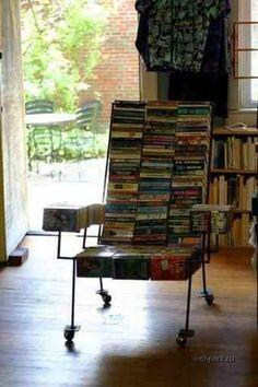 Silla hecha con libros reciclados.