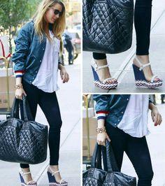 A linda Blake Lively arrasa novamente, numa combinação de jaqueta bomber estilosa, azul e look básico. Com uma bolsa sacola, preta e sandália plataforma tricolor, combinando com a jaqueta. Adorei!💙❤ #creative #fashion #style #blakelively