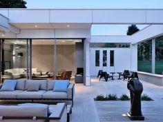 Une villa à l'architecture contemporaine joue avec la symétrie - Une aile pour le salon et la cuisine