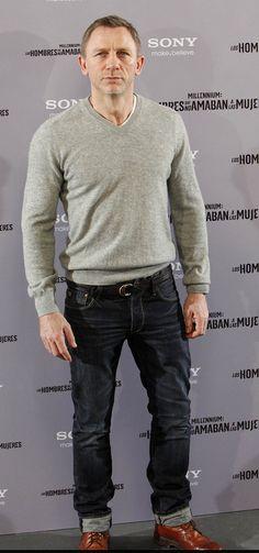Daniel často nosí šedou barvu, pro jeho typ absolutně nevhodnou.