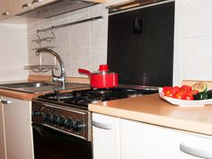 Pisos de alquiler por dias en Bucarest, en el Centro. Precios economicos! Kitchen Cabinets, Kitchen Appliances, Stove, Home Decor, Bucharest, Centre, Kitchens, Diy Kitchen Appliances, Home Appliances