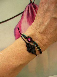 Zierliches **Makramée-Armbändchen** mit eingearbeitetem Swarovski-Steinchen und bunten Rocailles.  Das zusätzlich abgebildete schwarze Armbändchen kann auf Wunsch auch angefertigt...