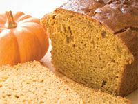 Using leftover or canned pumpkin and applesauce instead of oil, this fat-free vegan pumpkin bread recipe has plenty of flavor, fall spices and moisture, but without the added fat and calories. Vegan p (Low Fat Vegan Pie) Starbucks Pumpkin Bread, Vegan Pumpkin Bread, Pumpkin Loaf, Canned Pumpkin, Healthy Pumpkin, Pumpkin Puree, Pan Rapido, Low Calorie Vegan, Fat Free Vegan