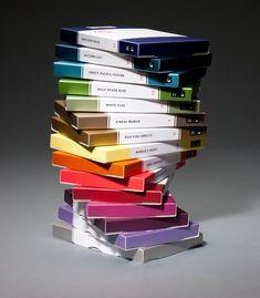 Uma Pilha de Livros? Não, uma pilha de chocolates! As embalagens das guloseimas imitam perfeitamente um livro, que é como um diário onde a marca descreve suas experiências para a criação dos chocolates. Designed By Andreas Klammt