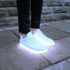 Glow in the dark shoes. Mode mais aussi sécurité du piéton ou du coureur