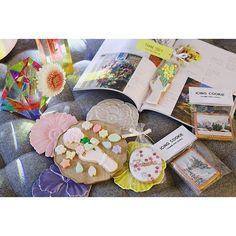 春のお菓子を買いためた @thumb_and_cakes のアイシングクッキーは美しい風景や花柄等がクッキーに描かれていて置いておくだけでインテリアとしても味もしっかり美味しい 様々なイベントやブランドとコラボレーションしていて限定品もたまらなくかわいいのだ  賞味期限が切れるぎりぎりまで飾っちゃう       #icingcookie #アイシングクッキー #クッキー #Cookie #sweet #girly #lovely #mountain #illustration #sweets #砂糖菓子 #お菓子 #designers #decorationcake #decorative #山 #Illustrator #myroom #tokyosweets #dessert #flower #creator #creative #cute #collection #decoration #teatime #お茶会