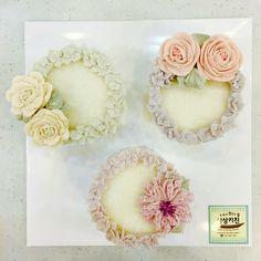wreath style mini cakes with helebores, ranunculuses&camelliases made by moroo. www.moroocake.com #flowercake #buttercreamflowers #floralcake #wreathcake #앙금플라워케이크 #떡케이크 #강서구케이크공방