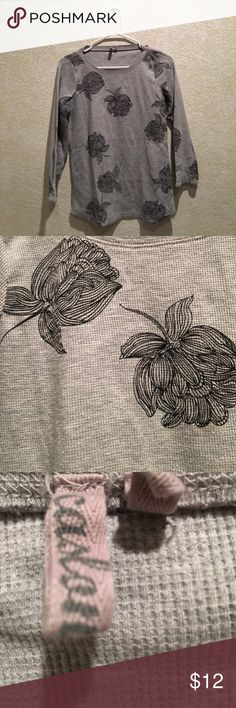 🌺Grey&Black Caslon Long Sleeve Tee🌺 🌹Cute 3/4 sleeve grey tee with black flowers fro Caslon. Very comfortable and great for the upcoming fall/winter season!🌹 Caslon Tops Tees - Long Sleeve
