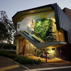 """""""Inspiração Camila Klein do dia"""":  Estilo de design que provoca movimento, além de conter uma linda parede verde e estruturas de vidro! #moderno #inspiracao #design"""