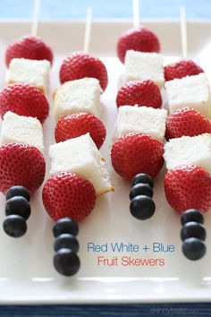 Red White and Blue Fruit Skewers with Cheesecake Yogurt Dip If you need a quick dessert that doesn't require much work, it doesn't get easier than this! These fresh strawberry, blueberry and angel food cake skewers are perfect for Memorial Day. 4th Of July Desserts, Fourth Of July Food, Just Desserts, Delicious Desserts, Yummy Food, July 4th, Summer Desserts, Patriotic Desserts, Tasty