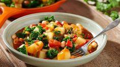Der Hit der Winterküche ist definitiv Grünkohl. Dazu gibt's Kartoffeln, weiße Bohnen und Paprika für den winterlichen Eintopf.
