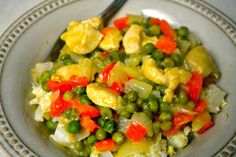 Serves: 4 Ingredients: 2 chicken breasts, chopped c frozen peas onion, diced c coconut mi. Green Curry Chicken, Chicken Livers, Frozen Peas, 4 Ingredients, Guacamole, Sweet Tooth, Good Food, Paleo, Stuffed Peppers
