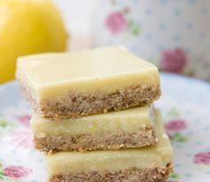 With a crispy oat cracker crust and a luscious veggie-laced lemon filling, these tasty Vegan Lemon Bars are like no citrus dessert you& had before! Köstliche Desserts, Gluten Free Desserts, Dairy Free Recipes, Raw Food Recipes, Delicious Desserts, Dessert Recipes, Yummy Food, Sans Gluten Vegan, Foods With Gluten