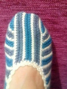 This Pin was discovered by HUZ Crochet Box, Knit Crochet, Knitted Slippers, Knitted Hats, Knitting Loom Socks, Woolen Socks, Afghan Stitch, Tunisian Crochet, Crochet Patterns