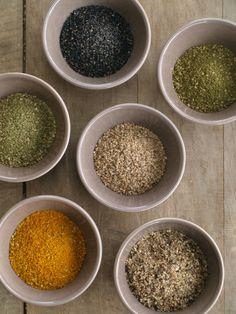 Variations autour du gomasio (ail des ours, algues, curcuma, sésame soir...) Par Sainbiosis