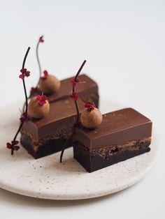 Fudgy chokoladekage med cookie dough og mælkechokoladeganache - The Food Factory Beautiful Desserts, Cute Desserts, Cake Cookies, Cupcake Cakes, Danish Dessert, Fudgy Brownies, Small Cake, Cookie Dough, Healthy Sweets