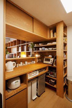 キッチン事例:キッチン(kg邸・旅の思い出を飾る壁面収納)ゴミ箱すっきり!