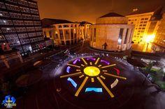 Mit Licht und Langzeitbelichtung Kameras haben 33 Künstler der Light Painting World Alliance in Orviedo, Spanien, das Logo des 2015 Internat...
