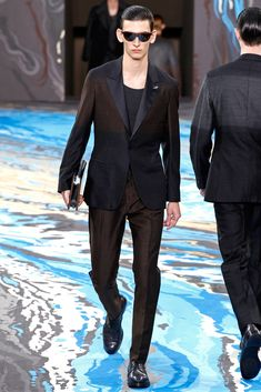 See all the Collection photos from Louis Vuitton Autumn/Winter 2014 Menswear now on British Vogue Vogue Paris, Lv Men, Fashion Show, Mens Fashion, High Fashion, Louis Vuitton, Mens Fall, Fall Winter 2014, Autumn