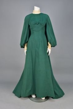 WORTH TRAINED WOOL WALKING DRESS, C. 1902.
