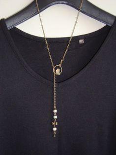 """Collier cravate, type sautoir de  65 cm, avec un pendentif oiseau"""", agrémenté de 4 perles de culture véritable et d'une breloque libellule"""