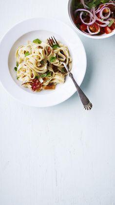 italiensk pasta med pancetta: Pasta med pancetta og tomatsalat - KK.no
