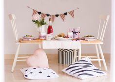 Organiza un picnic sin salir de casa. Con un par de sillas, unos cojines y unas tablas, tendrás la mesa más romántica y bonita del universo: la vuestra ;)