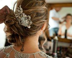 Inspiração de penteado preso de lado para noivas. Essa grinalda ficou um charme! #cabelo #hairdo #accessory (Foto: Renata e Yuri Fotografia)