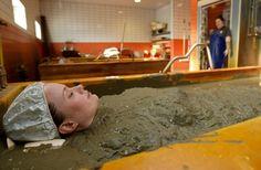 Mud bath benefits for women Bath Benefits, Mud Bath, Blue Eye Makeup, Spa Day, Bad, Beauty Hacks, Beauty Tips, Women, Bathing