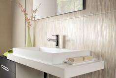 belle faïence salle de bains en beige à motifs fins et un vasque de design élégant