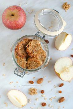 I Biscotti vegan alla mela, avena, uvetta e frutta secca sono dei piccoli dolcetti, facili e velocissimi da preparare, light & vegan, per una merenda sana e golosa. Senza burro,