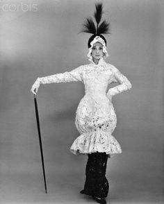 """La actriz Audrey Hepburn fotografiada por Cecil Beaton en un editorial de moda en el estilo de """"My Fair Lady"""" (1964).  -Audrey llevaba traje de Cecil Beaton y René zapatos Mancini."""