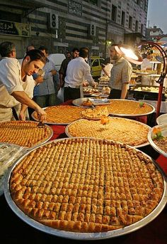 Baklava in Damascus, Syria. Baklava is a delicious sweet pastry made with layers of filo filled with chopped nuts, syrup and honey. Arabic Sweets, Arabic Food, Bon Ramadan, First Night, Food And Drink, Marketing, Cooking, Middle East, Kurdish Food