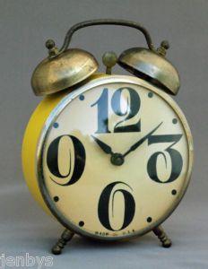 Vintage alarm clock, als voorbeeld voor de wekker die uit het hoofd moet komen.