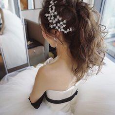 先日のアンダーズの新婦さまのお色直しスタイル☺️ 量を増やしたかったのでエクステを付けてボリュームのあるポニーテールにしました✨ 花嫁さまがご持参したアクセサリーもすごく素敵でした☺️