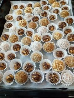 """A KETKES csoportban olvasott """"almáspite golyók"""" receptért hálás köszönet! Én kókusz- darált dió – pirított mandulás burkolatokat használtam, az eredmény karácsonyig dugdosós lett :) A csokis kis kakukktojások mogyoróvajas golyócskák, szintén első próbálkozás. Hozzávalók 4 db alma, 1 teáskanál citrom lé, 3-4 evőkanál cukor, 1/2 evőkanál fahéj. 10 dkg darált keksz. Forgatáshoz:kókuszreszelék vagy dió vagypirított … Cookie Desserts, Dessert Recipes, Hungarian Recipes, Xmas Cookies, Healthy Cake, World Recipes, Winter Food, No Bake Cake, Food Porn"""
