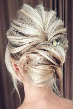 Bridal hairstyles ideas and inspiration Blonde bride hairstyles Bride updo Romantic bridal updo Loose bun for bride Wedding Hair And Makeup, Hair Makeup, Wedding Updo, Bridal Updo, Bridal Hair Updo Loose, Big Hair Updo, Romantic Bridal Hair, Bridal Tips, Messy Updo
