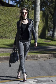 Look calça metalizada e jaqueta de couro - Manu Luize outfit