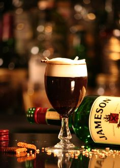 January 25 is National Irish Coffee Day, and there's simply only one way to celebrate: by making yourself a drink! The Irish Coffee is a simple cocktail, but we did our research to find the classic way to brew and imbibe. Irish Coffee, Italian Coffee, Christmas Cake Decorations, Christmas Desserts, Christmas Cookies, Holiday Treats, Christmas Treats, Kids Christmas, Whisky