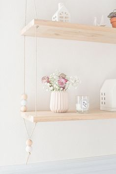 Suspended shelves - Carnets parisiens (instructions in French) Suspended Shelves, Diy Hanging Shelves, Diy Décoration, Easy Diy, Diy Crafts, Diy Home Furniture, Diy Home Decor, Diy Etagere, Diy Interior