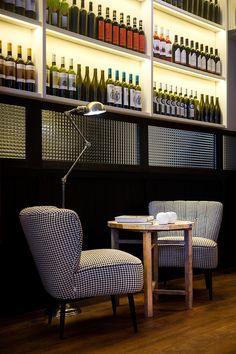 Las zonas comunes destilan el más puro estilo Rosa-Violán. Buena bodega - AD España, © D.R.