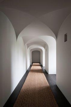 Vincent Van Duysen Belgian Designer, respectful of the history but modern minimal look. Interior Design Kitchen, Modern Interior Design, Interior And Exterior, Design Interiors, Kitchen Designs, Architecture Details, Interior Architecture, Design Hotel, House Design