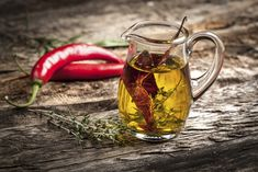 Bilderesultat for hjemmelaget duftolje Flavored Oils, Infused Oils, Cooking Peppers, How To Make Oil, Peppermint Leaves, Aromatic Herbs, Spices And Herbs, Cayenne Peppers, Grilled Meat