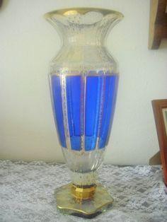 Překrásná vysoká váza z lištovaného skla