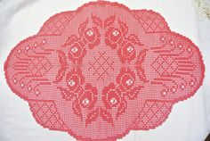 Very well done larger vintage 1970s handmade crochet oval dark red rose flower motive cotton tablecloth. Size: 26.6 / inch long and or 22.25 / inch wide. Exellent vintage condition.
