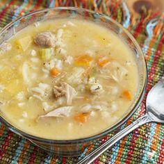 Coupez la carotte, les branches de céleri, l'oignon et le navet en dés. Amenez le bouillon de dinde à ébullition et ajoutez les légumes, l'orge et les feuilles de laurier. Assaisonnez... Chowder Recipes, Soup Recipes, Healthy Recipes, Beef Tagine, Beef Chorizo, Vegetable Soup Healthy, Cheeseburger Soup, Italian Soup, Corn Soup