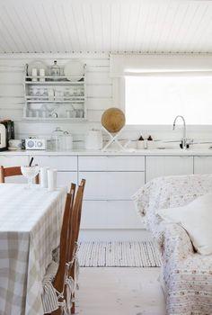 Keittiö on molemmissa taloissa samanlainen. Tässä keittiössä Nina keittää kahvit ja laittaa itselleen iltapalaa ja aamiaista.