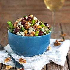 Honey-walnut power salad - With grapes, walnuts, edamame, blue cheese, and spinach. A healthy salad recipe. Menus Healthy, Healthy Recipes, Great Recipes, Salad Recipes, Vegetarian Recipes, Cooking Recipes, Healthy Lunches, Vegetarian Dish, Cooking Dishes